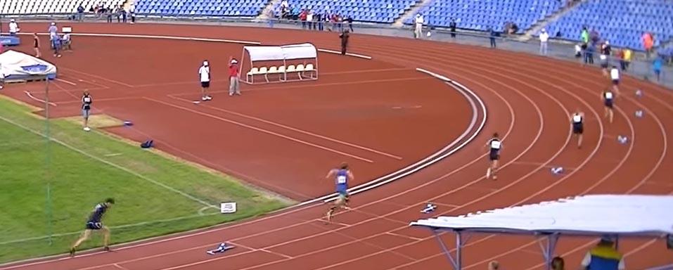 старт в беге на 400 м на стадионе
