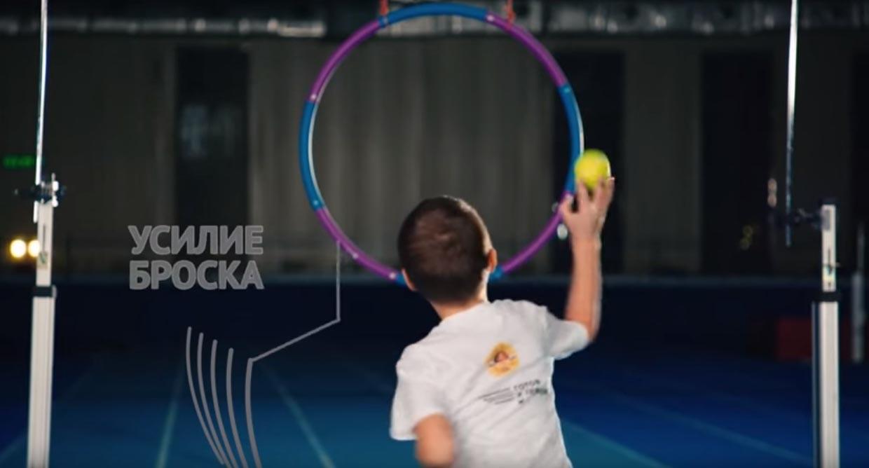 бросок теннисного мяча в цель